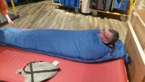 Volkmar testet seinen neuen Schlafsack